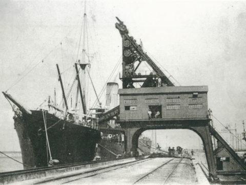 ダンクロローダーで英国船へ三池炭を積込む