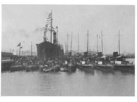 三池開港式当日佐世保軍港より特派の駆逐艦 及び水雷艇と三井所属の運炭船