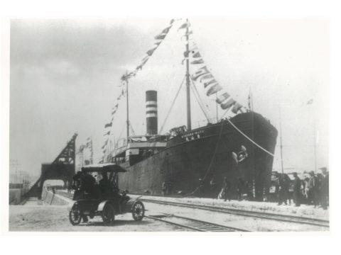 開港式当日の繋船壁(始めて自動車を見る)
