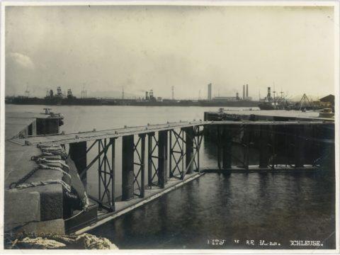 閉門時の三池港閘門