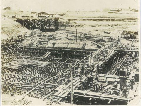 明治38年頃 閘門基礎杭打工事と荷揚桟橋