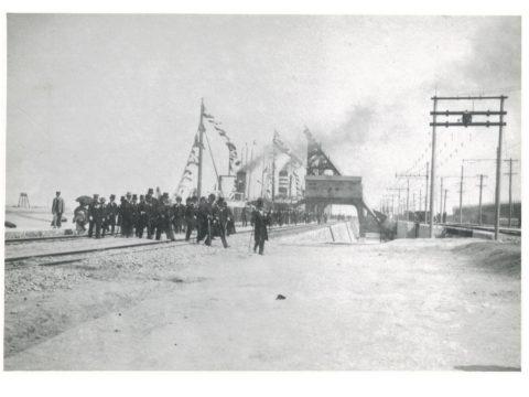 三池開港式当日の逓信大臣一行 三池式石炭積込機巡視の景