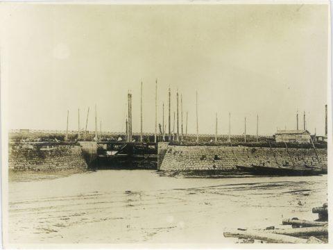 横須船梁第三水門と船積桟橋遠望
