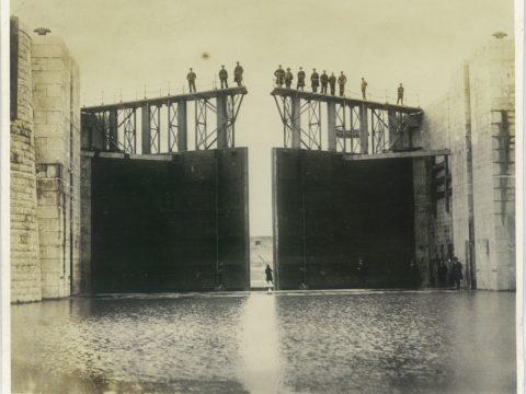 明治41年3月頃 閘門鉄扉組立完成