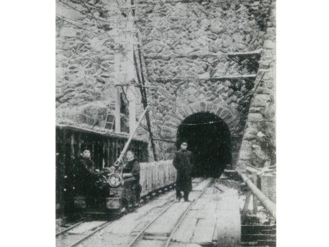 住友別子鉱業東平採鉱課第三?道電車鉱石運搬の景