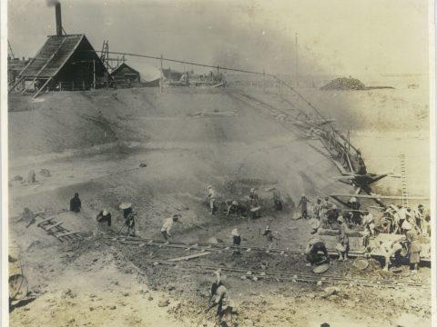 明治37年10月頃 繋船壁根掘工事と排水ポンプ