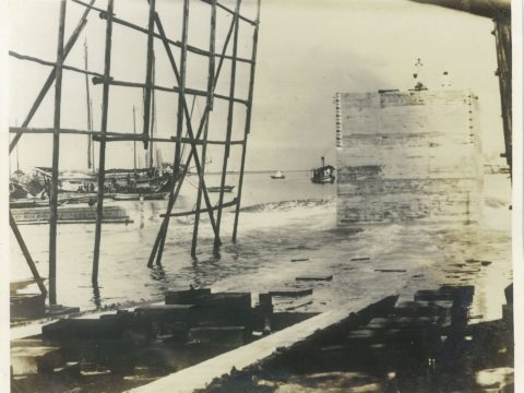 大正15年8月25日 第4回ケーソン進水の光景 50×19×20 重量592屯