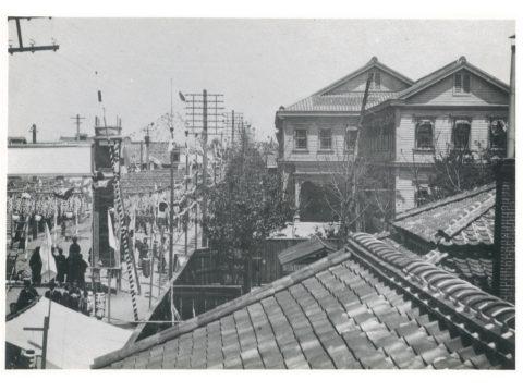 三池炭鉱事務所前の景況(三池開港式の当日)