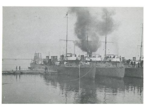 駆逐艦三池港船梁内碇泊の景